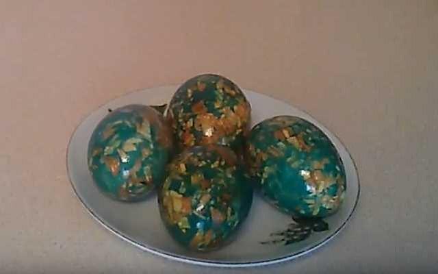 мраморные яйца с зеленкой и луковой шелухой