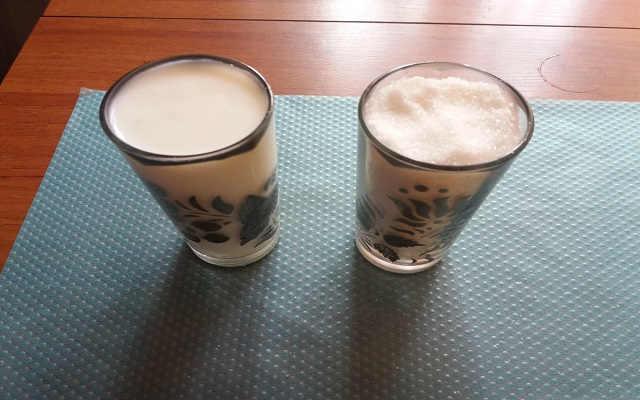 стаканы с кефиром и сахаром