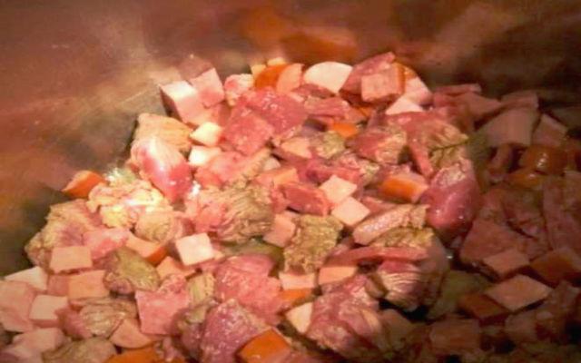 тушим мясо с овощами для солянки