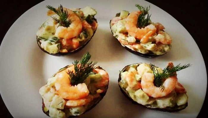 Салат с авокадо и креветками – Оригинальный рецепт и подача