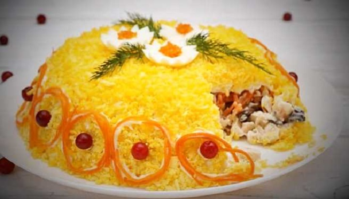 Салат «Любимый» с корейской морковью, грибами и копченой курицей