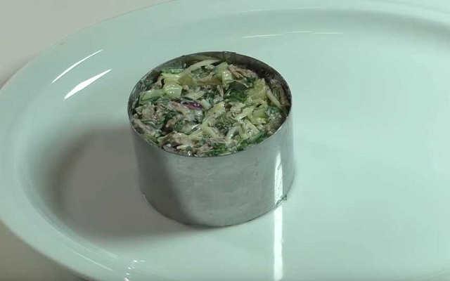 выложить салат в форму-кольцо