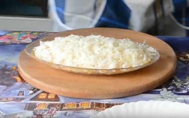 выложить в салат лук