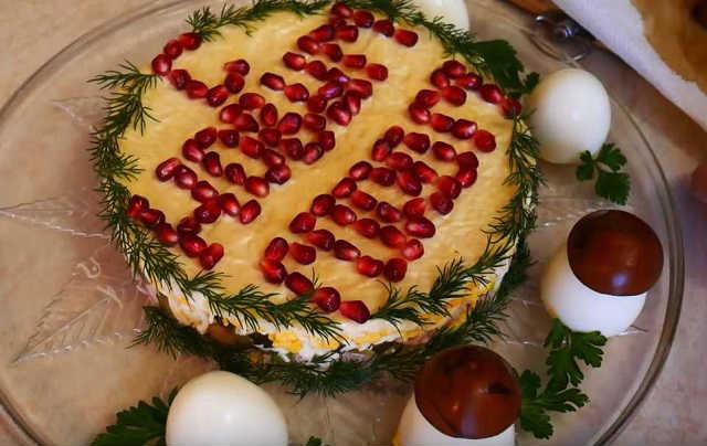 украшаем салат боровички