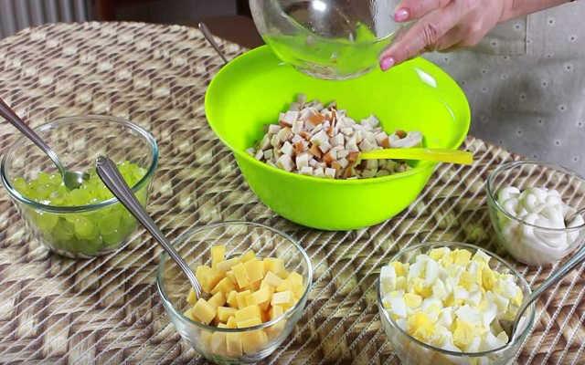 перемешиваем салат с виноградом