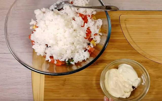 всыпаем в салат рис