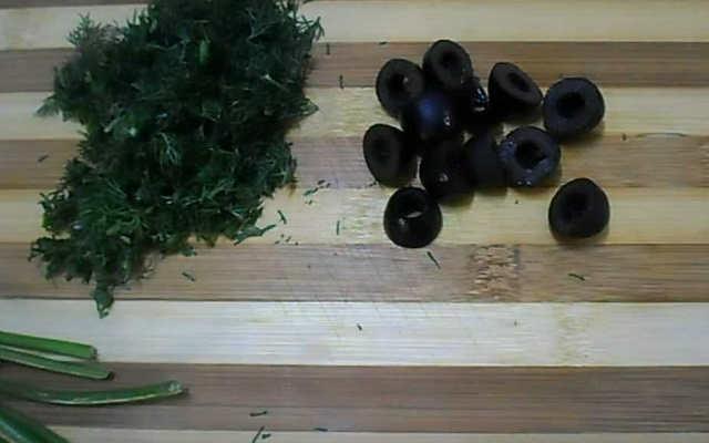 нарезаем зелень и маслины