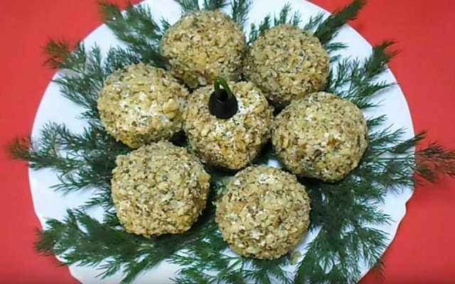обваливаем шары в орехах, украшаем