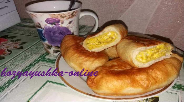 Пирожки с яйцом и луком на кефире, жареные на сковороде — Пошаговый домашний рецепт с фото