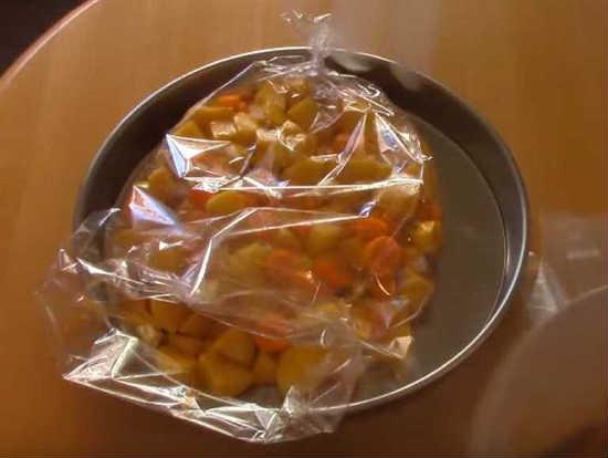 кладем овощи в пакет