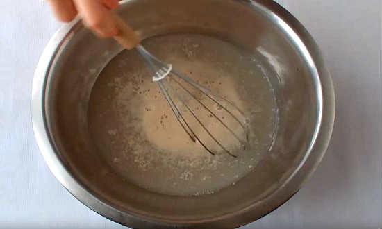 размешиваем дрожжи в воде