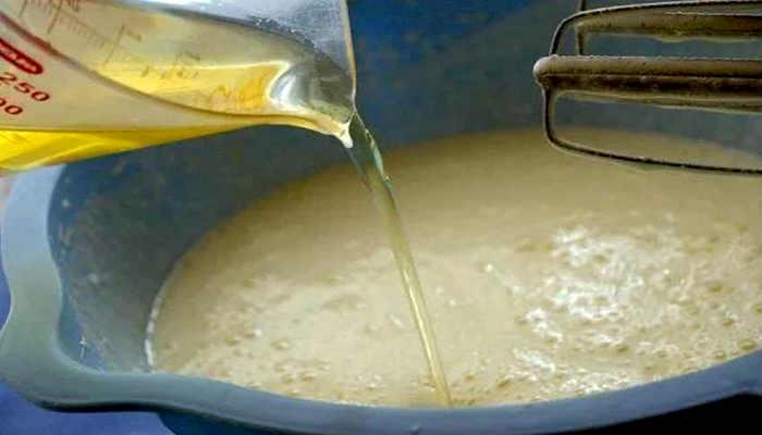 вливаем масло в тесто