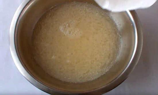 добавить яйца в воду