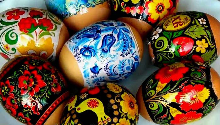 украшаем яйца наклейками
