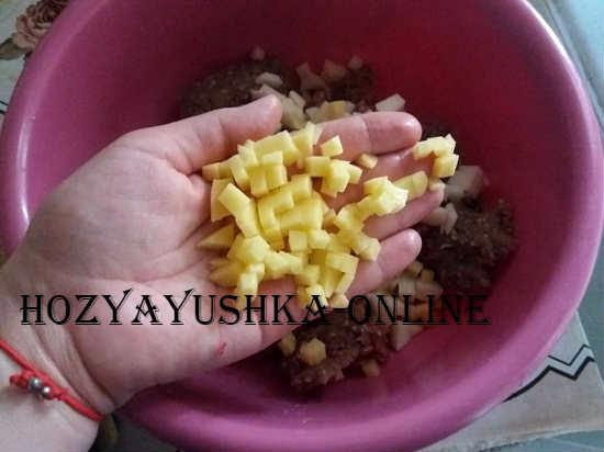 нарезаем картошку для мантов